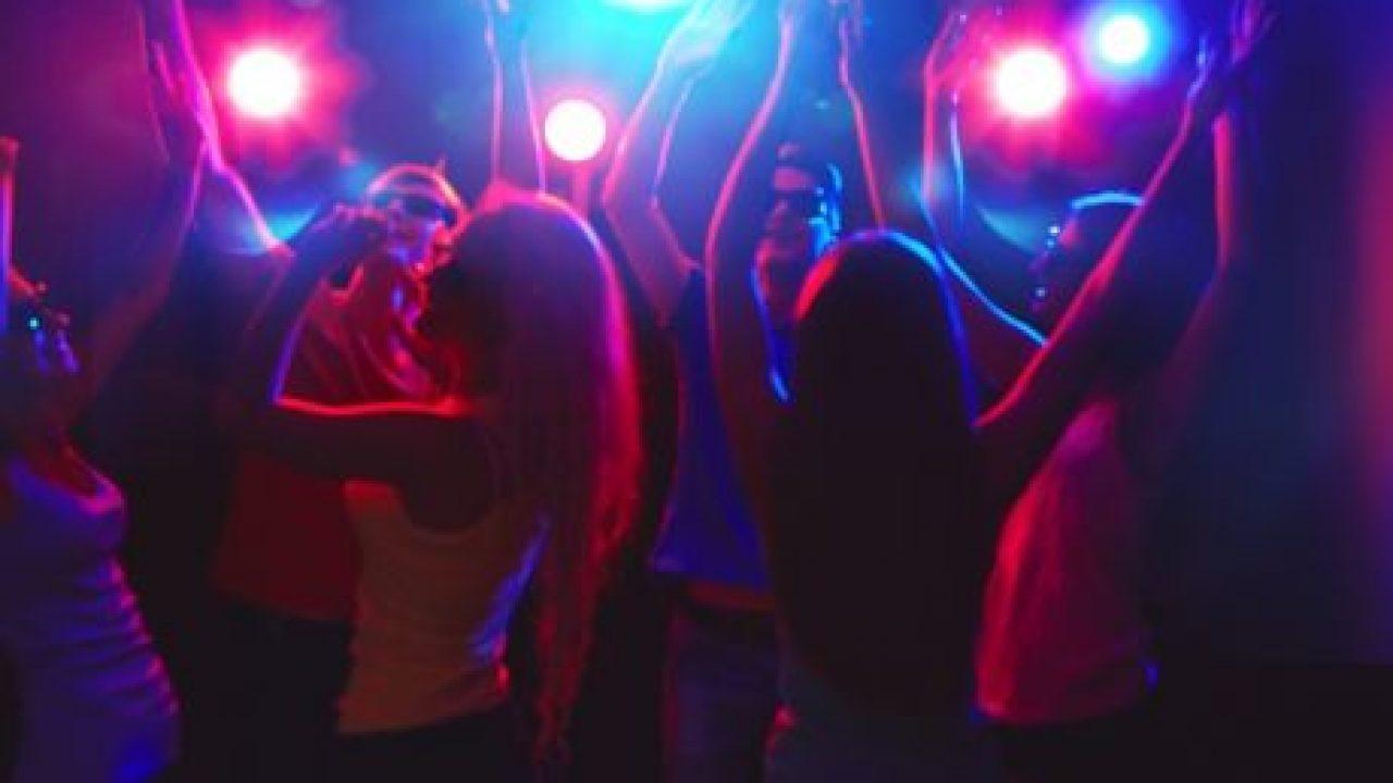 Έκτακτο - Ωράριο ως τις 12 μ.μ. σε μπαρ και κέντρα διασκέδασης ανακοινώνει σε λίγο η κυβέρνηση